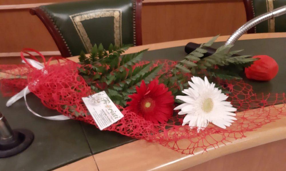 Gerbere rosse: i fiori in ricordo di Vanessa Zappalà- Foto: concessione Presidente del Consiglio Comunale