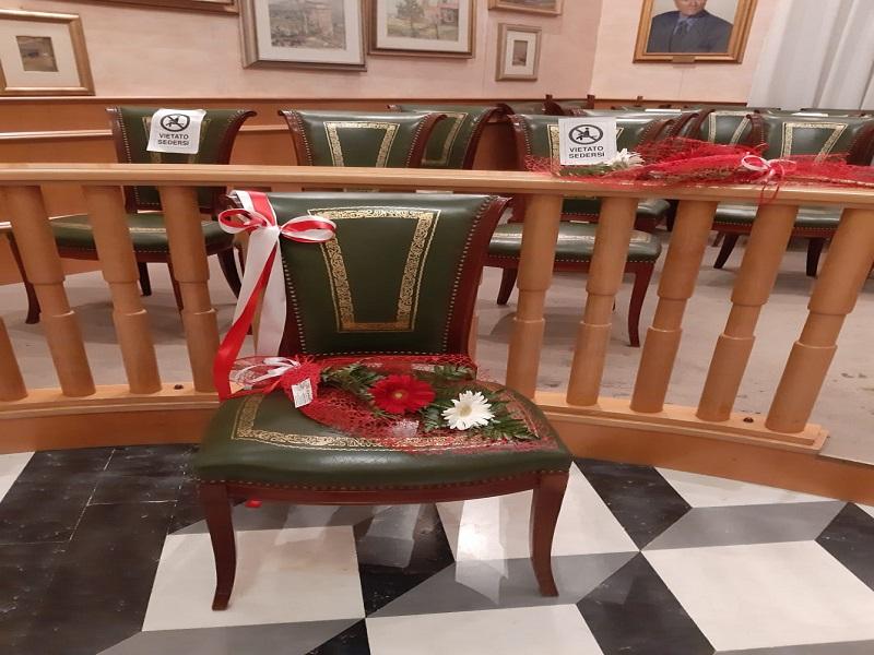 Gerbere rosse: la sedia vuota- Foto: concessione Presidente del Consiglio Comunale