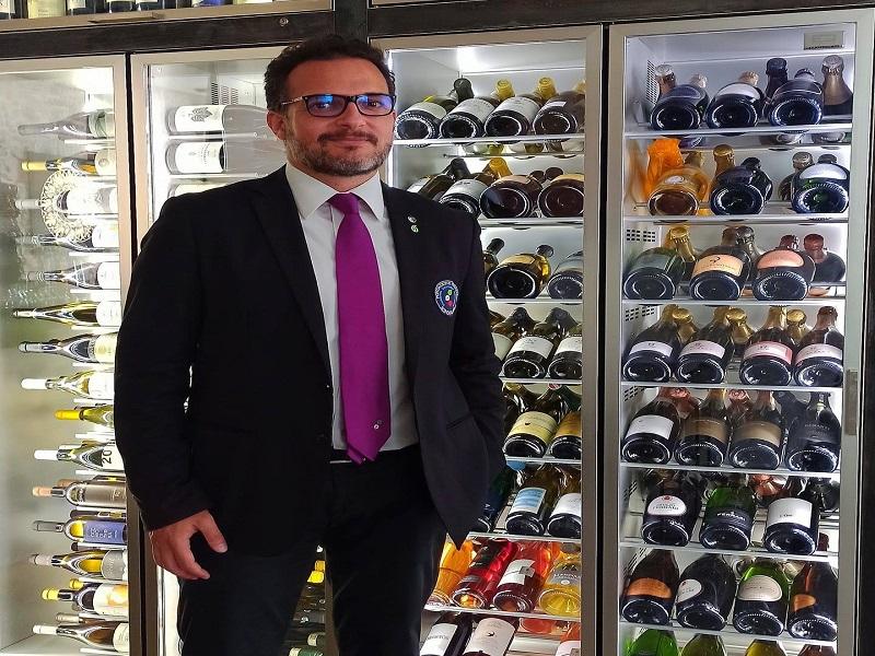 Vendemmia2021-Il docente e alcuni vini - Foto: profilo Fcebook